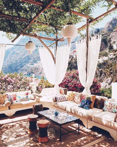 Terrasse ombragée et canapé XXL Outdoor Rooms, Outdoor Living, Outdoor Decor, Outdoor Seating, Outdoor Sheds, Gazebos, Garden Design, Beautiful Places, Beautiful Flowers