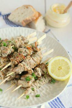 Griekse kipspiesjes met citroen en oregano Greek Recipes, Light Recipes, Bbq Skewers, Lemon Kitchen, Good Food, Yummy Food, Moussaka, Xmas Food, Healthy Drinks