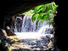 Cachoeira da Gruta - Jorrando de uma fenda na pedra, esta pequena queda d'água é uma das mais belas no entorno do Parque Nacional da Tijuca. Há várias pedras altas em que é possível se sentar e curtir o visual. Vias de acesso: Rua Pacheco Leão, Estrada Dona Castorina, perto do Portão dos Macacos.