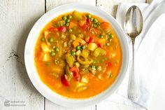 In den Monaten, deren Name mir R enden, schmecken Suppen und Eintöpfe besonders gut. Spätestens im November ist es soweit, dass ich den Suppentopf aus dem Küchenschrank hole, und einen deftigen Wirsingeintopf mit Kartoffeln koche. Oder eine Tomatensuppe mit Fenchel. Oder Linseneintopf. Ideen kommen mir da viele! So auch die Idee zu diese wärmende Gemüsesuppe,