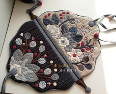Japanese Patchwork, Japanese Quilts, Patchwork Bags, Quilted Bag, Hand Applique, Wool Applique, Applique Patterns, Applique Quilts, Fabric Bags