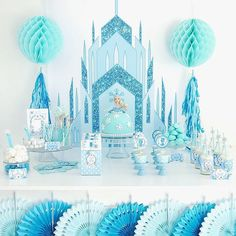 Just when you think Spring has sprung you get a ton of snow!  Which brings me to this #Frozen inspired party! Check out all the details recipes DIYs and FREE Printables on the blog!  . . . #twitter