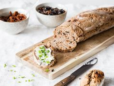 Für die Grillzeit: Schnelles Baguette mit Olive und Tomate
