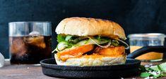 Burger med søde kartofler, chilimayo & sure agurker