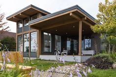 Modern Small House Design, Modern Lake House, Modern Cottage, Cottage Exterior, Modern Farmhouse Exterior, House Deck, Tiny House Cabin, Eco Casas, Small Lake Houses