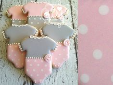 40 ideas for baby shower cake pink grey Baby Girl Cookies, Girl Cupcakes, Baby Shower Cookies, Onesie Cookies, Baby Shower Biscuits, Icing Cupcakes, Baby Party, Baby Shower Parties, Baby Shower Themes