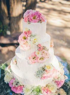 可愛さ満点♡《お花が滝みたいに流れるウェディングケーキ》デザイン9選*にて紹介している画像