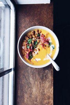 Carrot Ginger Soup With Coconut Cream & Crispy Chickpeas - Ayurveda Rezepte Chili Recipes, Soup Recipes, Vegetarian Recipes, Healthy Recipes, Vegan Soups, Ayurveda, Carrot Ginger Soup, Crispy Chickpeas, Winter Soups