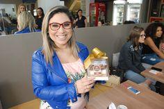 Melhor torta de sorvete de Porto Alegre - Fetta di Gelato   Recebi uma torta maravilhosa de sorvete da Fetta di Gelatto uma empresa aqui de Porto Alegre que tem a melhor torta de sorvete que já comi na minha vida.  A minha torta era de doce de leite e nozes nem preciso dizer que a combinação é a melhor da vida.  A linda da Leonora é quem produz as tortas maravilhosas que na primeira garfada nos tornam fãns das delicias da Fetta di Gelatto.  Eu precisava compartilhar com vocês pois muitas… Gelato, Fashion, Better Life, Dulce De Leche, Porto, Moda, Ice Cream, Fashion Styles, Fashion Illustrations