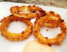 RECIPE WE LOVE: Crispy Oven-Baked Onion Rings : Anytime I find a healthy iteration of a comfort food I loved as a child, I get pretty excited. And this recipe for baked onion rings from Ellie Krieger, R.D. blew me away, because these onion rings actually taste better... #SelfMagazine
