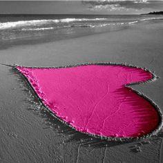 Rosa hjärta i sanden.