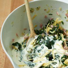 So simpel wie sensationell: Spinatfüllung mischen, Teigstern legen, füllen, wickeln, backen – lecker!