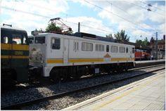 """Tren de la Fresa. Año 2011.  Locomotora diesel Alco 321-080 RENFE y locomotora eléctrica Mitsubishi 269-404-0, conocida vulgarmente como """"La Vaticana"""", a la cabeza del furgón y coches del Tren de la Fresa."""