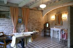 Bad im alten Stall der Villa Mancini in den Marken (Italien)