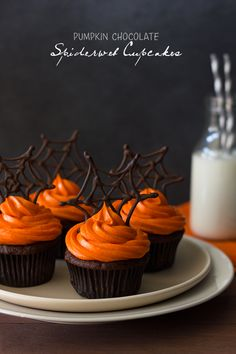 Pumpkin Chocolate Spiderweb Cupcakes with Spiced Cream Cheese Frosting and Easy Chocolate Spiderwebs #halloween #cupcakes