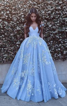 Romantic Ball Gown Prom Dresses Off-the-Shoulder Baby Blue Lace Appliques Evening Gowns