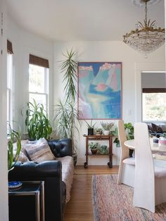 House in Seattle, United States. 2BR first floor unit in a 1903 Central District home. Short walk to restaurants, bars and coffee shops. 4 bus lines nearby with easy access to Capitol Hill, Downtown, etc. Private entrance, Amerisleep Colonial beds, kitchenette, full bath, and a c...