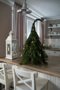Christmas tree DIY with felt. Scandinavian christmas from ht… – Christmas Ideas Christmas Tree Topiary, Grinch Christmas Tree, Decoration Christmas, Wooden Christmas Trees, Easy Christmas Crafts, Christmas Centerpieces, Outdoor Christmas, Xmas Decorations, Simple Christmas