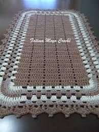 Tapete de barbante em crochê, medindo aproximadamente 1,00 X 0,45 cm. Barbante de qualidade, ótimos arremates, ponto firme. Este nas cores cru e lilás. Fazemos em outras cores, consulte-nos sobre a disponibilidade. Diversas outras combinações de cores deste produto aqui na loja, confira.