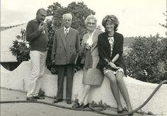 1971 - Cattafi sul terrazzo della casa siciliana a Terme Vigliatore (Me) con la moglie Ada (l'ultimaa destra) e una coppia di amici