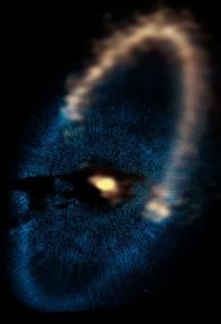 2 exoplanets around star Fomalhaut  keep dust particles within the disk / 2 pianeti extrasolari intorno alla stella Fomalhaut contribuiscono alla formazione dell'anello .