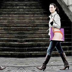 http://www.bax.fi/kasilaukku-asiaa - Käsilaukut ovat olalla tai kyynärvarrella kannettavia, usein muodinmukaan suunniteltuja naisten asusteita. Käsilaukusta löytyy usein henkilökohtaisia tavaroita, kuten avaimet, raha pussi, kosmetiikkaa tai esimerkiksi kirja.     #hand bag #bags #käsilaukku #käsilaukut