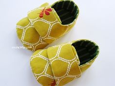 I might have to purchase the pattern for these ridiculously cute baby shoes.  Someone's bound to have a baby soon, right?