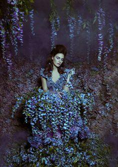 """Wie eine Prinzessin im Blütenmeer: Die kanadische Fotografin Daniela Majic lässt wunderschöne Traumwelten entstehen - und das auf ihrem Dachboden! In liebevollster Detailarbeit schafft sie Fantasiefiguren, die uns in ihr eigenes Reich entführen. Klicken Sie sich durch die Bilderstrecke und entdecken sie das tolle Fotoprojekt """"Secret Garden""""!"""