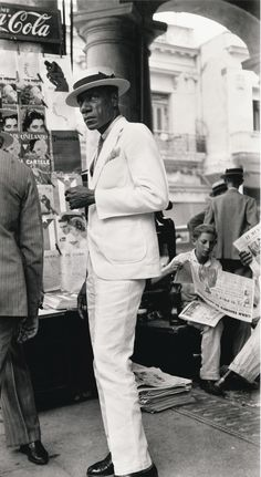 Walker Evans (1903-1975) - Citizen in Downtown Havana, Cuba, 1933. Tirage argentique de 1988 (54,4 x 29,6 cm)