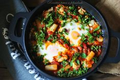 É uma receita de frigideira, com tomate, pimentos e ovos. Um prato de origem tunisina mas também muito famoso em Israel