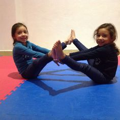 Hermosas gemelas. Yoga.