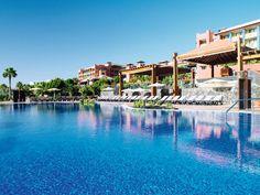 Hotel H10 Tindaya is een 4-sterren kwaliteitshotel met fraaie landschapszwembaden, een perfecte ligging vlakbij het mooie zandstrand, een uitgebreid animatieprogramma en diverse faciliteiten. Voldoende opties om uw vakantie volledig naar eigen wens in te vullen. Hotel H10 Tindaya is gelegen aan het Playa Esmeralda-strand wat u via enkele trappen eenvoudig kunt bereiken. Het centrum van Costa Calma met diverse restaurants bevindt zich op circa 1 km van het hotel.  Officiële categorie ****