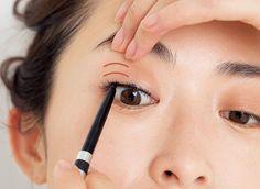 アイラインなしでまだいけると思っていませんか?アラフォーがマスターすべきアイラインの作り方まとめ | ファッション誌Marisol(マリソル) ONLINE 40代をもっとキレイに。女っぷり上々! Eyeliner Tape, Asian Girl, Hair Beauty, Make Up, Eyes, Asia Girl, Maquiagem, Maquillaje, Makeup