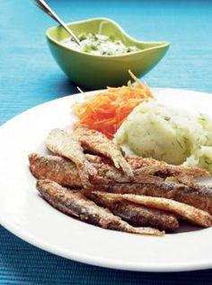 Poista muikuista pää ja vedä sen mukana sisälmykset. Huuhtaise kalat tarvittaessa nopeasti ja valuta.Mausta jauhot. Kääntele kalat jauhoissa.