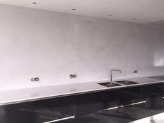 Beton Ciré Beton Ciré is een natuurlijke wand- en vloerafwerking op basis van kalk/cement en hars. Beton Ciré van Beal Mortex is 100% waterdicht, sterk, slijtvast, hygiënisch en schimmelwerend en daarmee zeer geschikt voor badkamers, keukens en vloeren maar ook voor bijvoorbeeld maatwerk aanrechtbladen en meubels. Met name in badkamers wordt Beton Ciré veel toegepast. Wilt u bijvoorbeeld echt eenContinue Reading