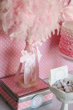 En una fiesta de bailarinas, puedes decorar todo con boas de plumas rosas :: In a ballerina party you can decorate everything with pink feathers