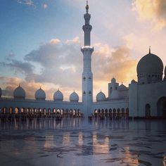 I Abu Dhabi finder du en af verdens største moskeer Sheikh Zayed Mosque. Den er bygget af hvid marmor, og er virkelig et besøg værd! www.apollorejser.dk/rejser/asien/de-forenede-arabiske-emirater/dubai