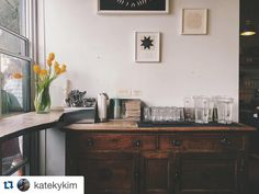 #antique  Photo by_Kate @katekykim  #TartineBakery #cafe #InteriorDesign #furniture #tulips #sanfrancisco #sf #bakery #LifeinCali #mission #bakedgoods #dessert #cake #샌프란시스코 #맛집 #디저트 #베이커리 #인테리어 by moiida_official