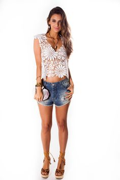 Blusa de renda, short jeans boyfriend, anabela LaVí.  #lançamento #fériasdouradas #summer #clothes #lookbook #fashion #lavibh #blusarenda #renda #shortboyfriend #acessórioslavi #shoeslovers #anabelalaví