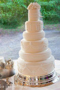 Chique bruidstaart met royal icing spuitwerk opgesteld op de Vanenburg in Putten Royal Icing, Cake, Desserts, Studio, Food, Shabby Chic, Tailgate Desserts, Deserts, Kuchen