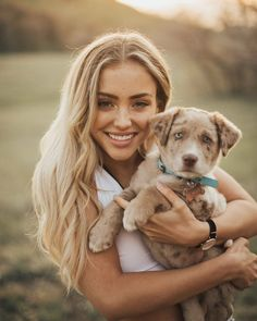 Picture of Charly Jordan Photos With Dog, Dog Pictures, Cute Pictures, Animal Photography, Photography Poses, Senior Year Pictures, Senior Pics, Charly Jordan, Belle Photo