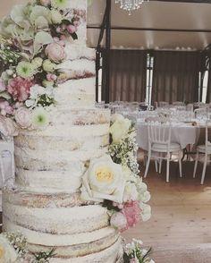Déjà deux semaines que ce somptueux, immense, et romantique Naked Cake a ravi les papilles des invités de K&J. @synies #realwedding #weddingstyle #wedding #weddingcake #nakedcake #nudecake #weddingflowers #weddingdecor