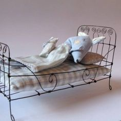 Bed from wire // Rustic Farmhouse Decor Miniature Quilts, Miniature Dolls, Doll Furniture, Dollhouse Furniture, Diy Dollhouse, Dollhouse Miniatures, Doll House Crafts, Doll Houses, Barbie Furniture Tutorial