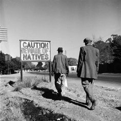 """Intensas Fotos Históricas              1956: Durante o apartheid na África do Sul, uma placa onde se lê """"Cuidado com os nativos""""."""