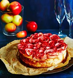 Omenaviipaleet taipuvat ruusuksi tämän hurmaavan juustokakun päälle.