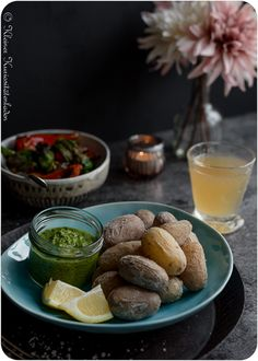 Papas Arrugadas con Mojo verde Tapas, A Food, Food And Drink, Pickles, Barbecue, Cucumber, Vegan Recipes, Brunch, Veggies