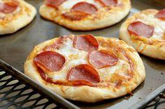 Mini Pizzas, Como Fazer Mini Pizza, Receita Mini Pizza, Pizza Recipes, Snack Recipes, Cooking Recipes, Party Recipes, Easy Cooking, Healthy Cooking