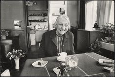 Afbeelding van Rietveld Schröderhuis - interieur boven - Truus Schröder glimlachend aan tafel