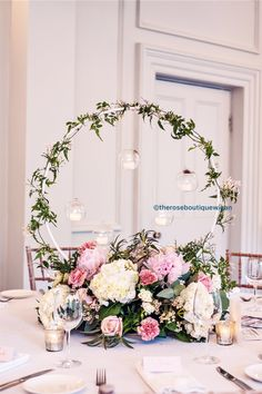 Centre de table mariage: un hula-hoop, une bombe dorée chr Floral Centerpieces, Table Centerpieces, Wedding Centerpieces, Floral Arrangements, Wedding Decorations, Table Decorations, Wedding Table Centres, Centrepieces, Floral Wedding