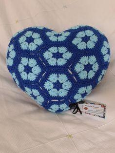 """Mais uma linda almofada de croche em coração com flores africanas  **criação e produção Adriana Avellar """"abavellar"""